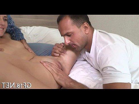 порно сын кончил в красивую маму