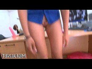 молодая девушка сует палец себе в анал