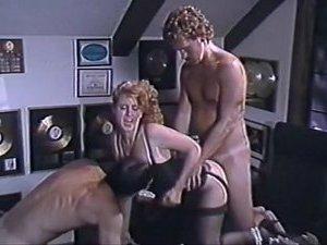 муж с другом ебут жену домашнее ролик