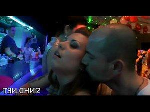 порно трахает русскую девушку во дворе