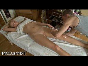 трахает жену страпоном жопу